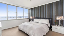 St Kilda Penthouse with Panaromic Bay and City View