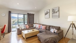 Khione 1 - Modern & spacious with views towards Lake Jindabyne & the m