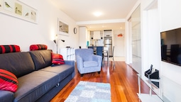 WESLEY, 2BDR Carlton Apartment