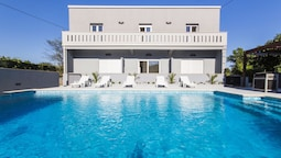 Villa With 5 Bedrooms in Pomer, With Private Pool, Enclosed Garden and