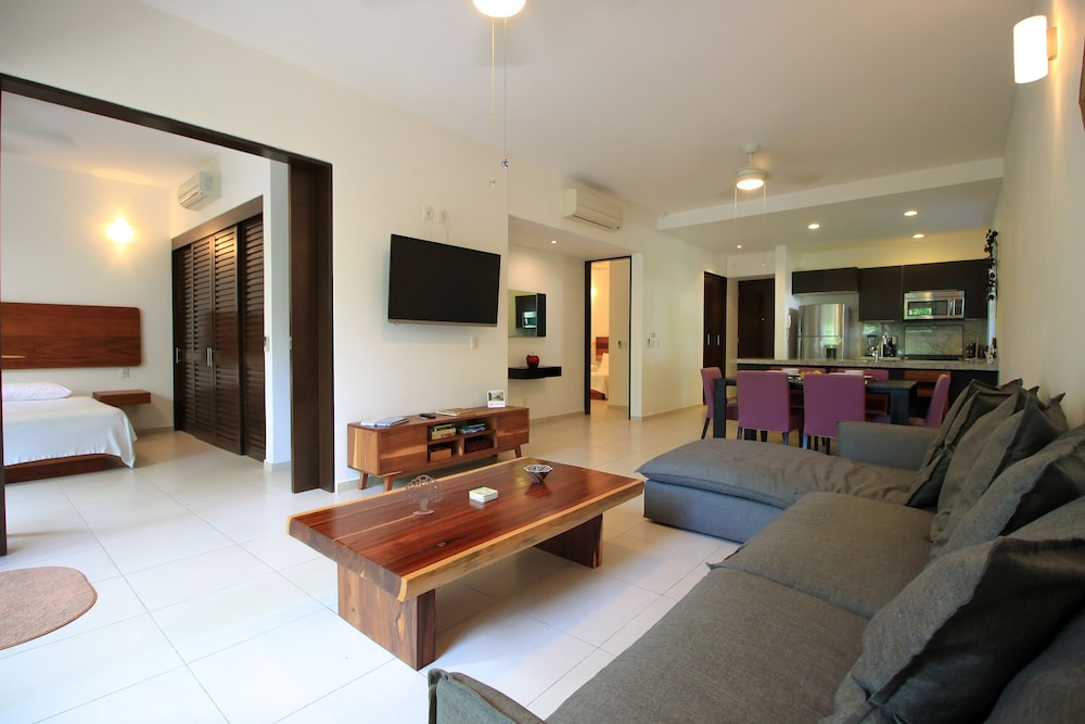 Amazing Ground Floor Condo with Furnished Terrace by olahola