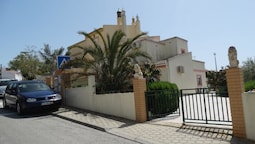 House With 3 Bedrooms in Parchal, With Wonderful sea View, Enclosed Ga
