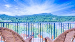 Pinnacle Condo 2 Bedroom Mountain View Home with Hot Tub