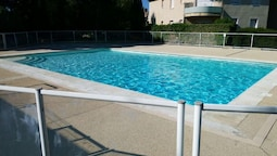 Apartment With 2 Bedrooms in Villeneuve-lès-avignon, With Pool Access,