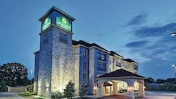 La Quinta Inn & Suites by Wyndham DFW Airport West - Euless