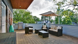 Modern 8bed/4ba Home w/ Roof Deck & Grill by Domio