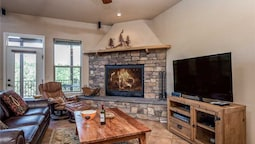 Adobe Mountain Views - Four Bedroom Cabin with Hot Tub