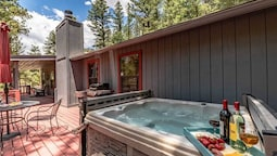 Fort Getaway - Three Bedroom Cabin with Hot Tub