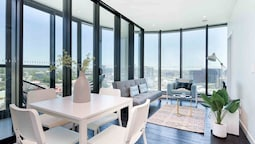 Breathtaking Views in Spotless Luxury Apartment