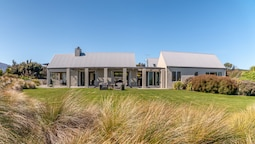 Expansive Family Retreat With Stunning Views of Lake Wanaka and the Mo