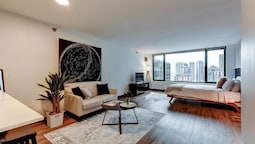 The Stratus - Vibrant Studio in Heart of Downtown!