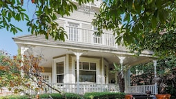 New Listing! Updated Victorian W/ Lake Union Views 3 Bedroom Home