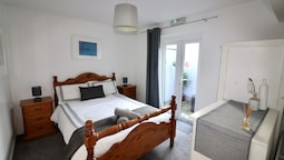 Sleeps 4 only 5 min by taxi