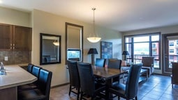 Bright Corner Unit With Lake and Pool Views #543