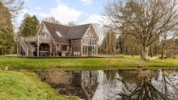 Stunning Lakeside Country Retreat near Cirencester