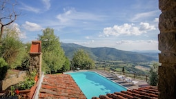 Stunning Villa in Castiglion Fiorentino With Swimming Pool