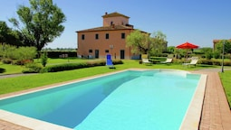 Splendid Farmhouse in Cortona With Swimming Pool