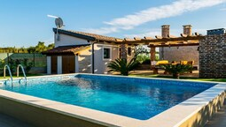 Lovely House With Private Swimming Pool, Guesthouse and Comfortable Te