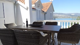 Holiday Home With a sea View Terraces, Just Couple of Minute From the