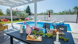 Elegant Villa With Swimming Pool in Pula Near Sea