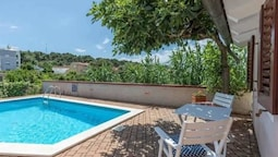 Nice Bungalow With Shared Swimming Pool and Enclosed Garden With Bbq,