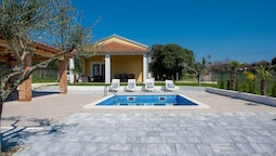 Villa for 6 persons with private pool